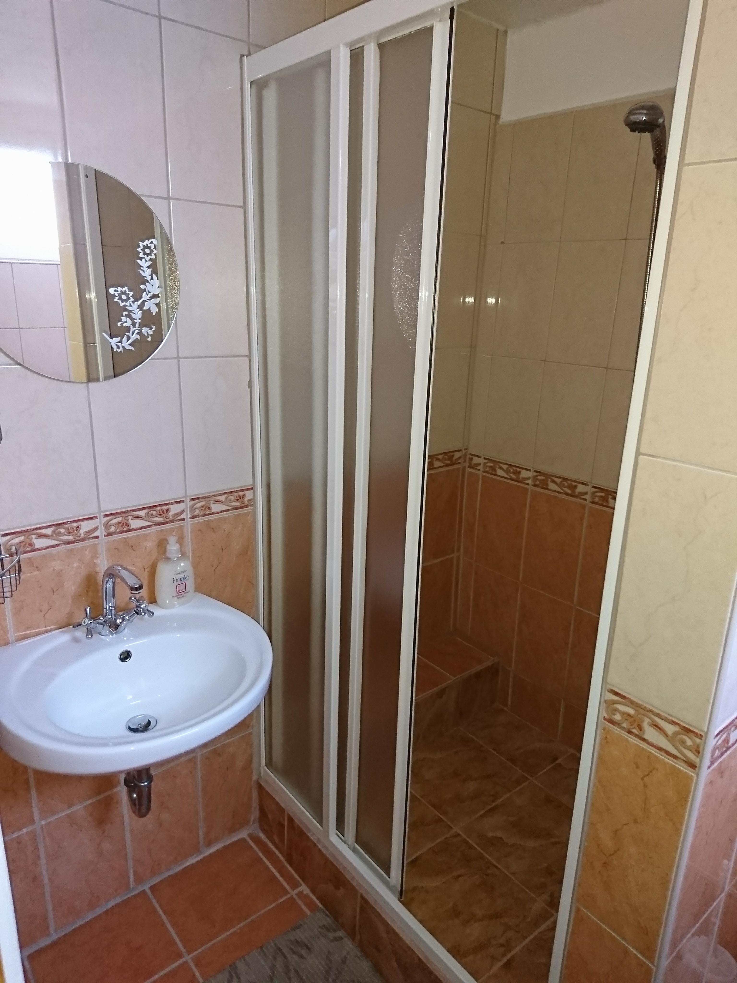 Franciaágyas_szoba_fürdő1