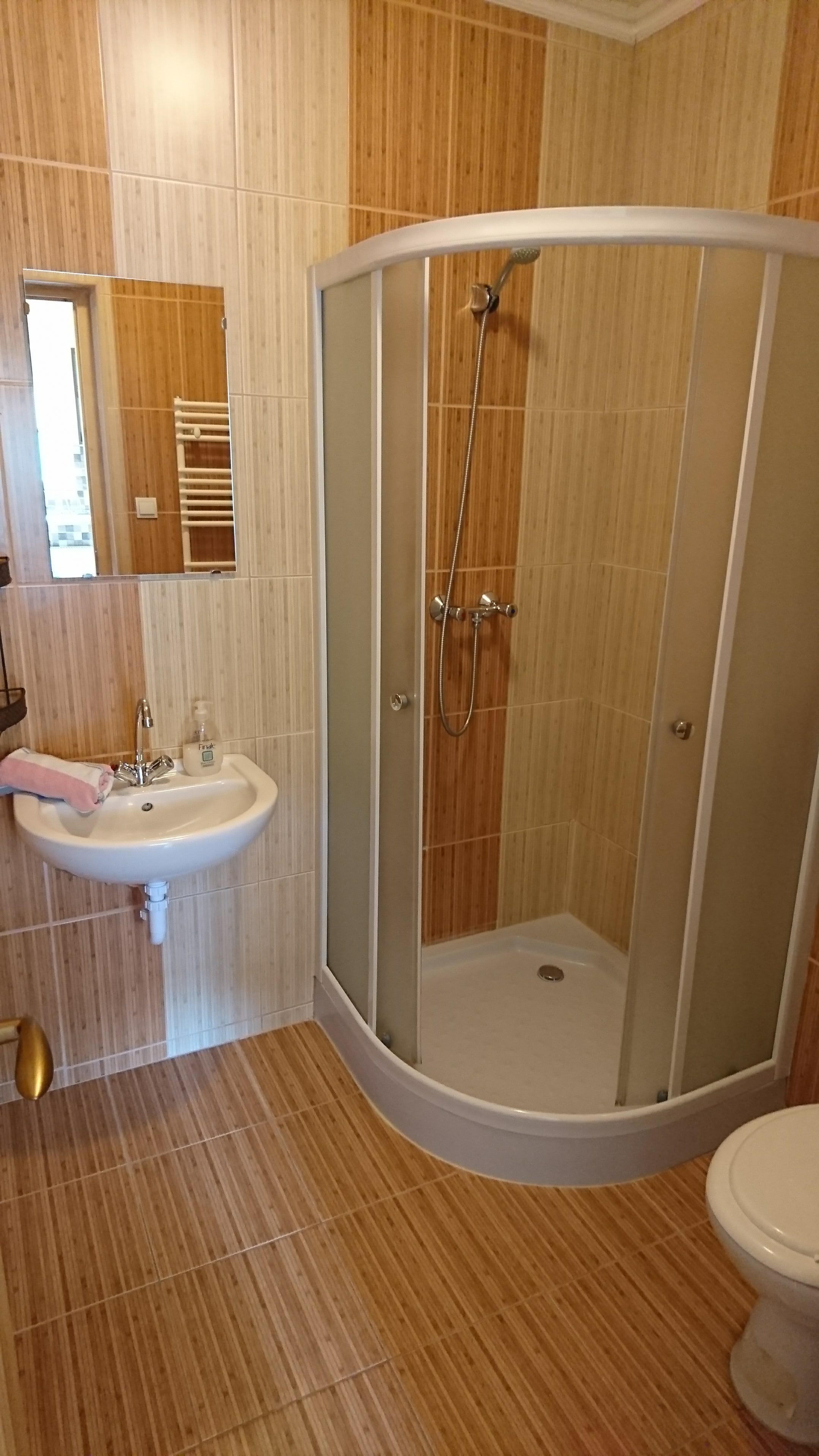 3ágyas_apartman_fürdő